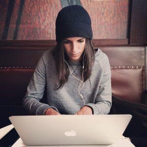 ragazza al computer